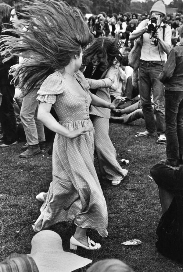 hippies dance
